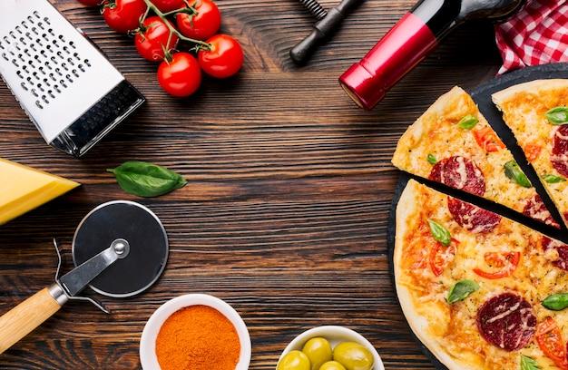 Composizione di pizza piatta laici con copyspace Foto Gratuite