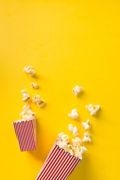 Composizione di popcorn su sfondo giallo Foto Gratuite