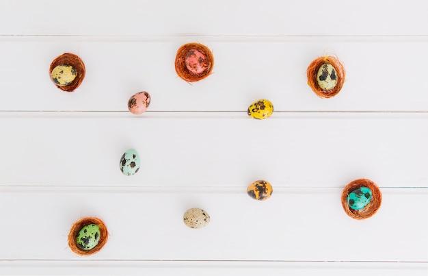 Composizione di quaglie uova di pasqua nei nidi Foto Gratuite