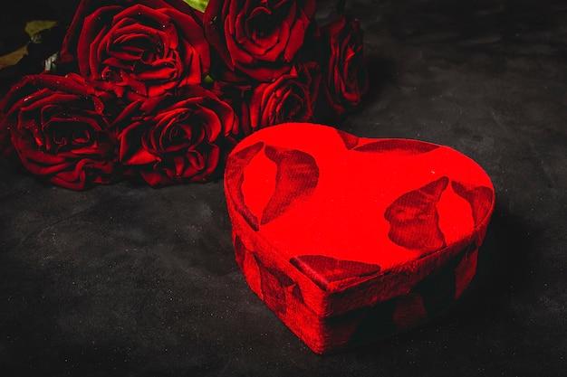Composizione di rose rosse e scatole regalo Foto Premium