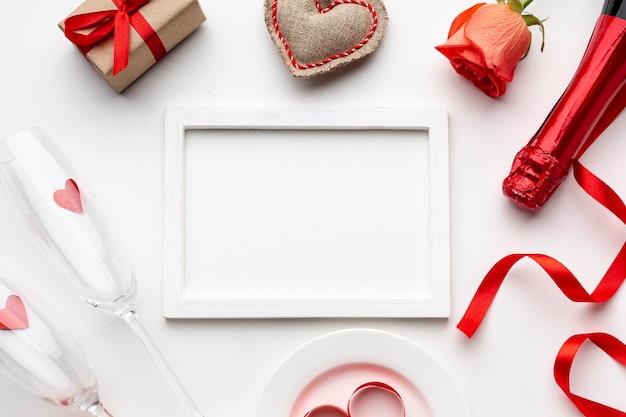 Composizione di san valentino con cornice bianca vuota Foto Gratuite