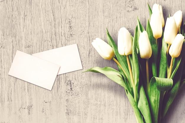 Composizione di san valentino con fiori di tulipano e biglietti di auguri Foto Gratuite