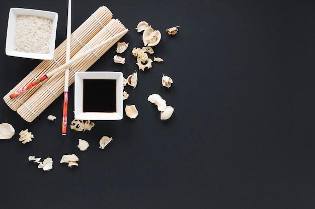 Composizione di sushi piatto laici con copyspace Foto Gratuite