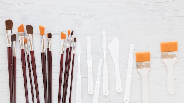 Composizione di vari pennelli e coltelli per pallet Foto Gratuite