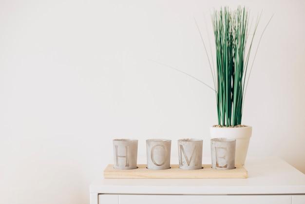 Composizione di vasi di piante con la nota di casa Foto Gratuite