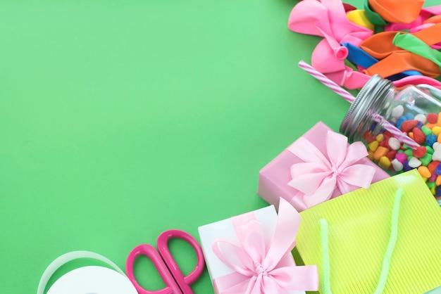Composizione festosa set di scatole regalo con palle cocktail materiali da cocktail. Foto Premium