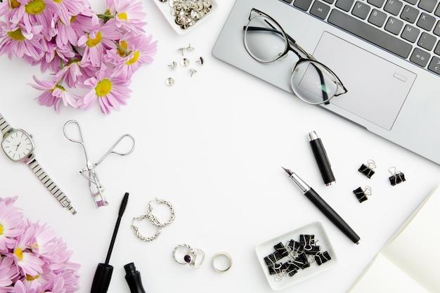 Composizione fissa su sfondo bianco con cosmetici Foto Gratuite
