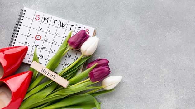 Composizione in concetto del giorno delle donne di vista superiore con il calendario Foto Gratuite