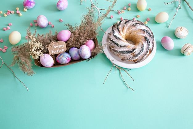 Composizione in pasqua con uova e cupcake su uno sfondo colorato. Foto Gratuite