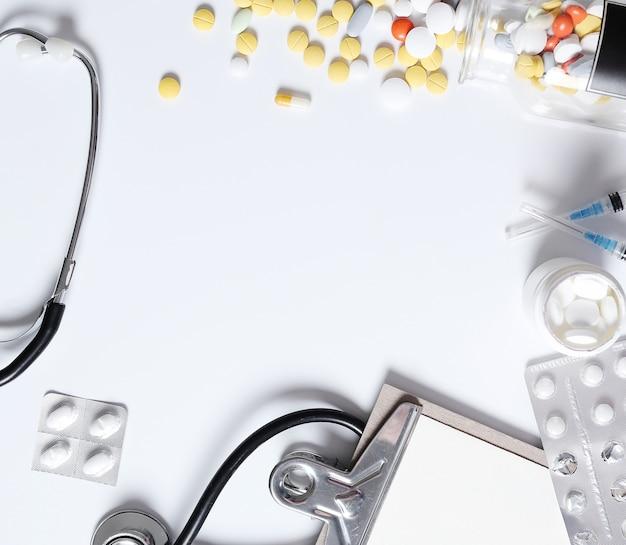 Composizione medica con pillole Foto Gratuite