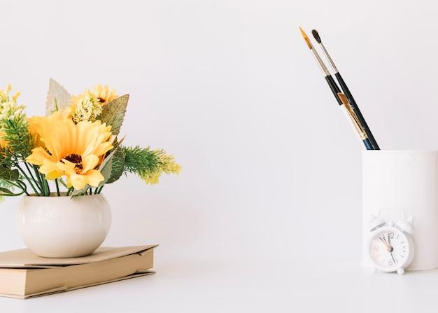 Composizione moderna scrivania ufficio con dispositivo tecnologico Foto Gratuite