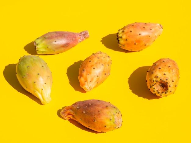 Composizione nell'angolo alto con le verdure e il fondo giallo Foto Gratuite