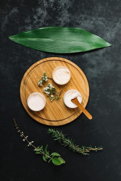 Composizione organizzata nei prodotti di olio d'oliva e di cocco Foto Gratuite