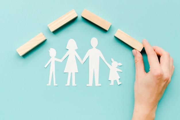 Composizione per il concetto di famiglia su sfondo blu Foto Gratuite