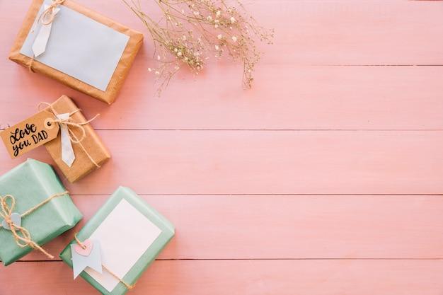 Composizione per il giorno di padri su struttura in legno rosa Foto Gratuite