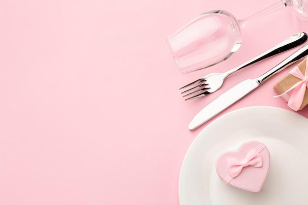 Composizione per la cena di san valentino su sfondo rosa con spazio di copia Foto Gratuite