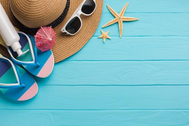 Composizione piana dei vestiti della spiaggia di disposizione con lo spazio della copia Foto Gratuite