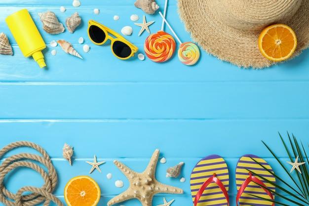 Composizione piatta laica con accessori per le vacanze estive su sfondo colorato, spazio per il testo e vista dall'alto. buone vacanze Foto Premium