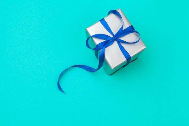 Composizione piatta laica con una bellissima confezione regalo Foto Premium