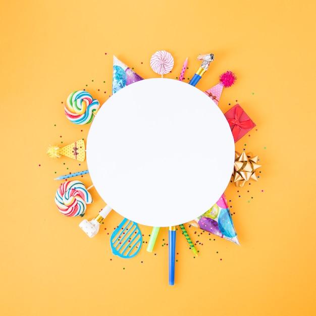 Composizione piatta laica di diversi oggetti di compleanno in cerchio Foto Gratuite