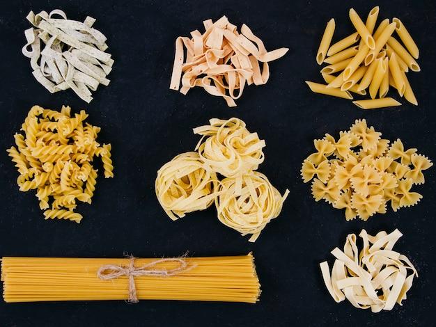 Composizione piatta laica di diversi tipi di pasta Foto Gratuite