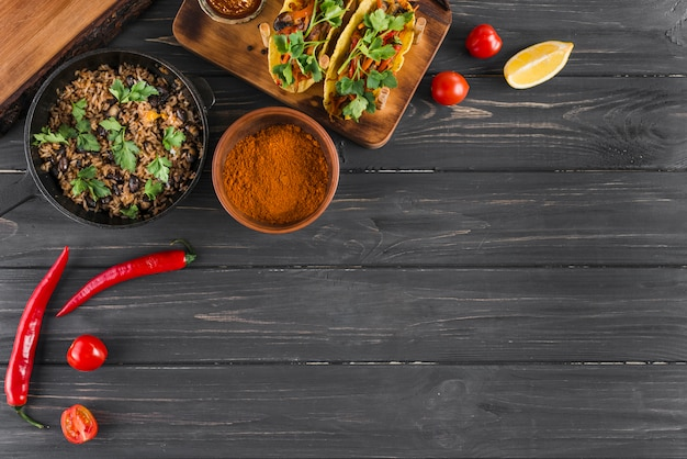 Composizione piatta laici di cibo messicano con copyspace Foto Gratuite