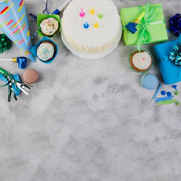 Composizione piatta laici di elementi di compleanno con copyspace Foto Gratuite