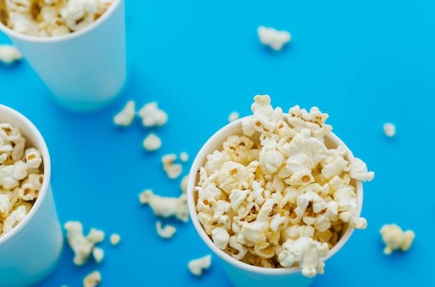 Composizione piatta popcorn laici per il concetto di cinema Foto Gratuite