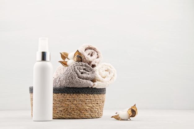 Composizione spa e benessere con asciugamani e prodotti di bellezza. centro benessere, hotel, cura del corpo Foto Premium