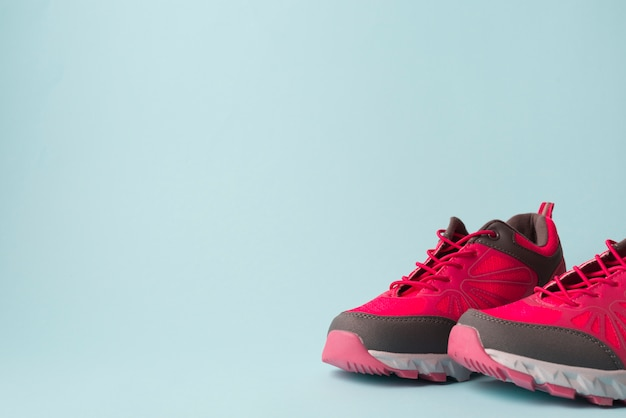 Composizione sportiva moderna con scarpe da ginnastica colorate Foto Gratuite