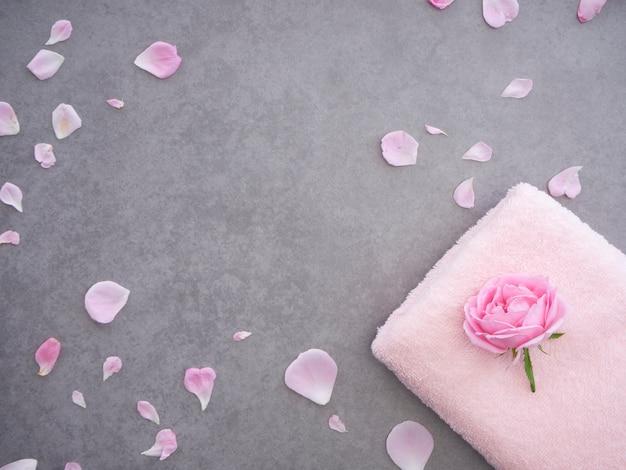 Composizione termale naturale con rose Foto Premium