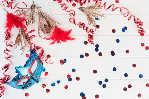 Composizione vista dall'alto con maschera di carnevale Foto Gratuite