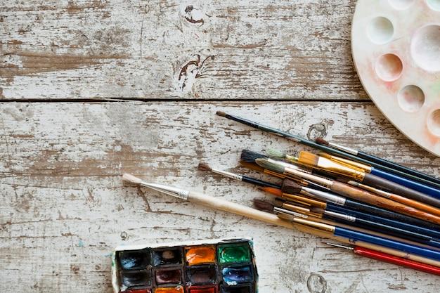 Composizione vista dall'alto di materiali pittorici Foto Gratuite