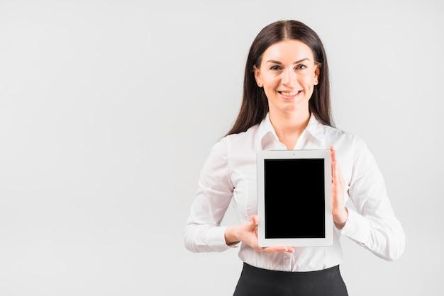 Compressa della tenuta della donna di affari con lo schermo in bianco Foto Gratuite