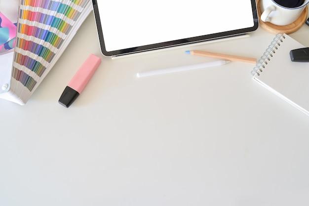 Compressa dello schermo in bianco sul desktop nello studio di progettazione grafica Foto Premium