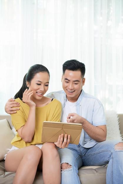 Compressa e risata di sorveglianza delle coppie contente Foto Gratuite