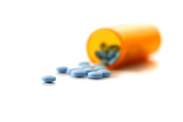 Compresse sparse vaso di colore blu sul tavolo della pillola del laboratorio farmaceutico per la chimica di varie malattie prescrizione e trattamento Foto Premium