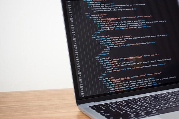 Computer che mostra il codice di programmazione del software. Foto Premium