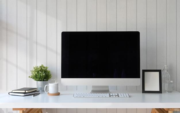 Computer dell'area di lavoro, cornice per poster e gadget Foto Premium