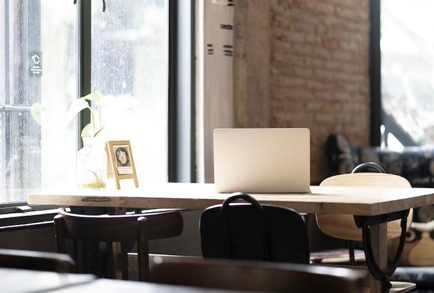 Computer portatile con co spazio di lavoro cafe Foto Premium