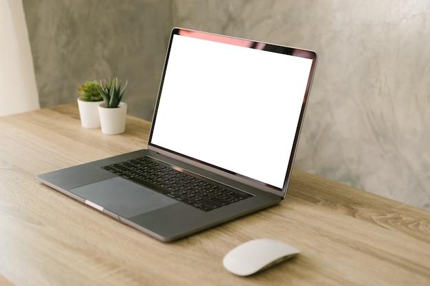 Computer portatile con lo schermo in bianco sul tavolo. Foto Premium