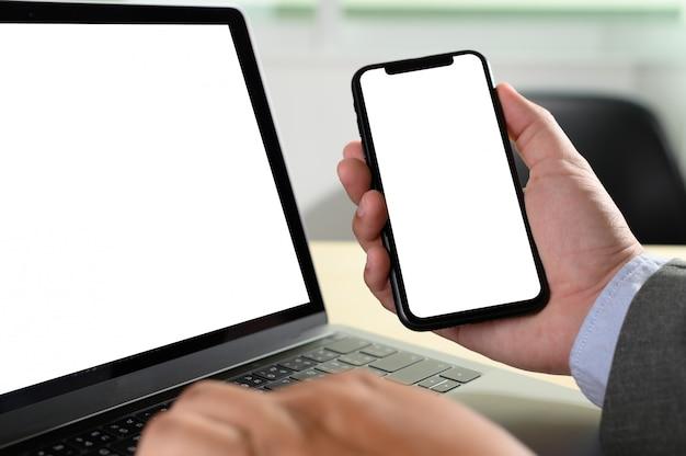 Computer portatile con schermo bianco sul tavolo Foto Premium