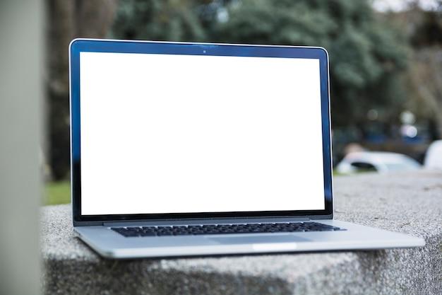 Computer portatile con schermo bianco vuoto all'aperto Foto Gratuite
