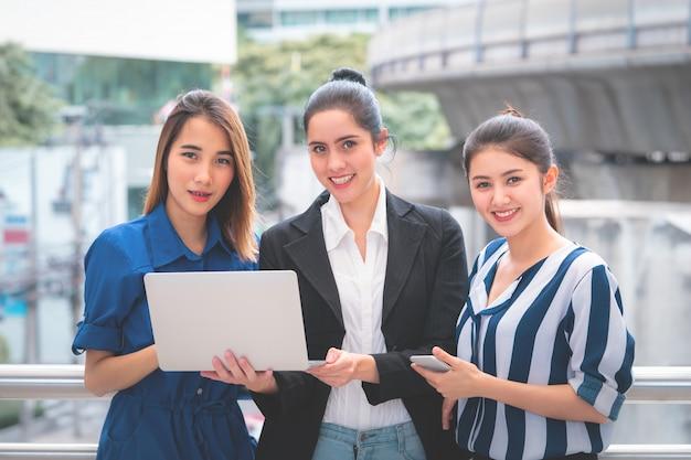 Computer portatile della holding della donna di affari tre Foto Premium