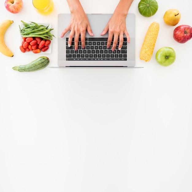 Computer portatile di vista superiore circondato da frutta Foto Gratuite