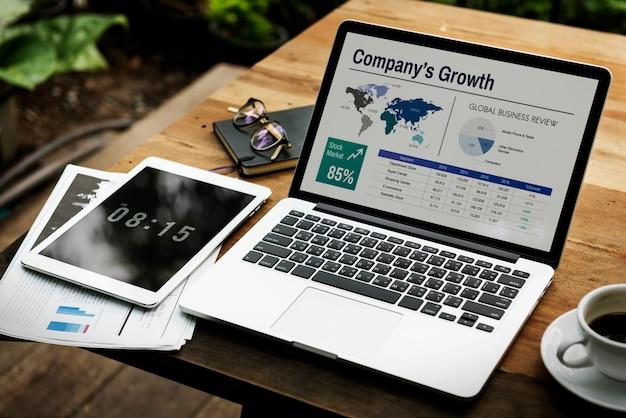 Computer portatile digitale che funziona concetto di affari globali Foto Gratuite