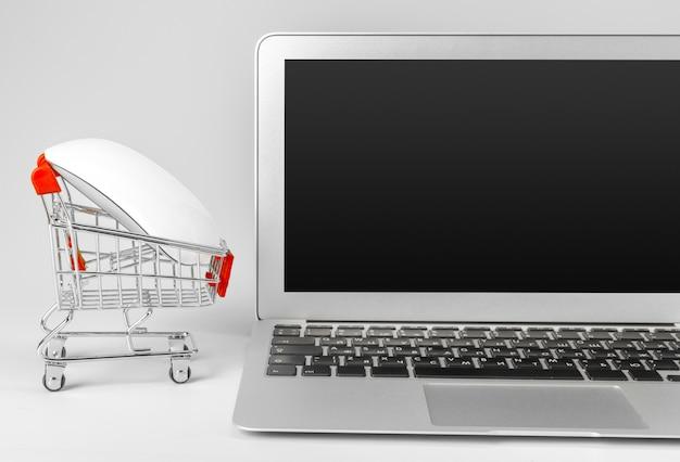 Computer portatile e cestino isolati Foto Premium