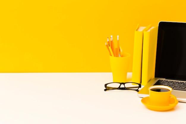 Computer portatile e libri copia spazio Foto Gratuite