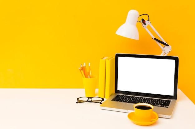 Computer portatile in bianco con lo spazio della copia Foto Gratuite