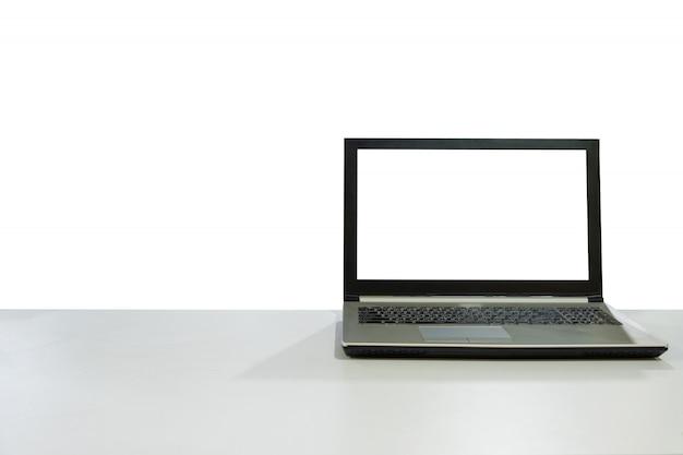 Computer portatile in bianco dell'esposizione sullo scrittorio bianco con il fondo dello spazio della copia Foto Premium